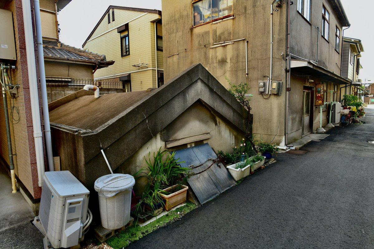 大阪の住宅地のど真ん中の半分地中に埋まったような奇妙な建物。正体は鉄筋コンクリート造の頑強な防空壕の跡