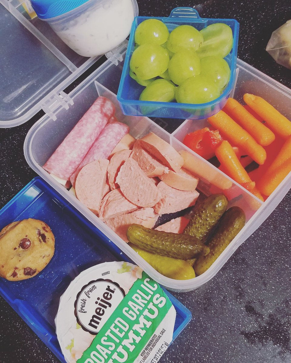 Bento box for the school lunch win!!! #benotbox #lunchbox #LunchTime #elementaryschool #Foodie #fridaymorning #TGIF https://t.co/Rqt0d3sGAC