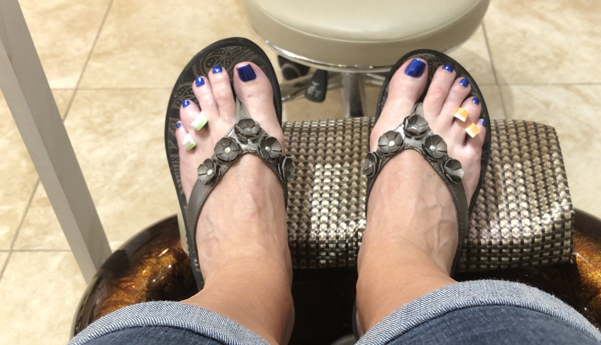 When you have had a long week at school you go get a pedicure and chair massage. @WTHanes @IrvingISD #schoolcolors #justwhatineeded 😬🙌👍 https://t.co/BPCfJrOzjF