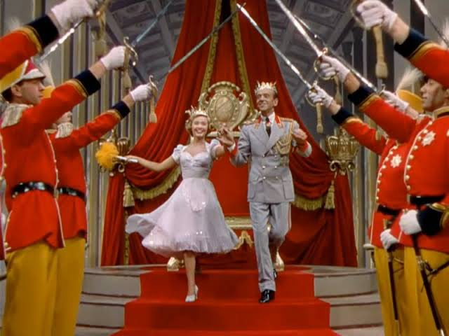 1951年「恋愛準決勝戦」を鑑賞💍エリザベス女王ご成婚で沸くイギリスでの公演が決まった兄妹の物語🇬🇧壁や天井を自由に踊るアステアの無重力ダンスが必見!歌って踊れるジェーン・パウエルはファッションも可愛くて眼福でした♡ ご成婚パレードは実際の映像が使われていたのも妙にリアルで面白い◎