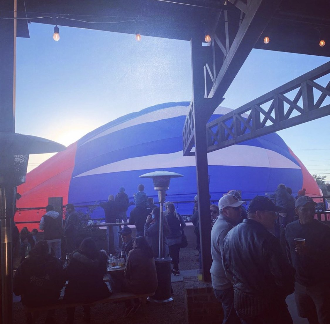 If absence makes the heart grow fonder, our hearts are bursting with ❤️ today on what would have been the first morning of our annual #BalloonsandBrews during #balloonfiesta. #festivalflashback of American Beauty's early morning landing at the taproom, 2019. #builttobrew https://t.co/MUQ0BaWMqG