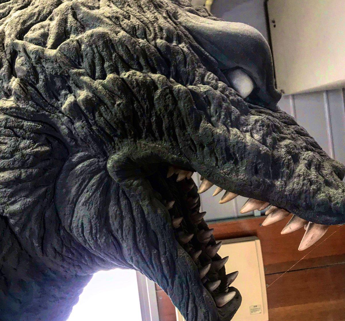 「怪獣作品は埃をかぶることによって真の完成となるのである。」とか言っとらんで工房掃除せんとな〜ゴジラの頭黄土色になってるし。