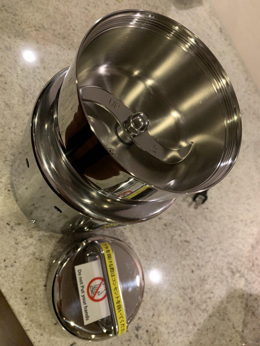 【お茶】 現在、店で出す無料のお茶を開発中。 これは、茶葉の大きさを調整するために導入した、業務用の粉砕機。パワーが強いので、うっかりするとパウダーになってしまう。ティーバック用に粉砕するなら3秒以内。写真はヨモギ。