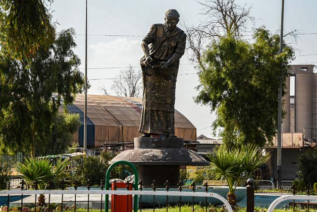 As sunset nears, the residents of Iraqs #Mosul flock to a golden-tinted statue of a woman looking out over their scarred city with an expression of steady defiance. Read more here: iraq-solidarity.blogspot.com/2020/10/in-ira…