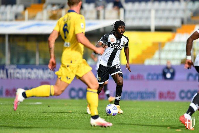Gervinho (Parma) contro i difensori del Verona