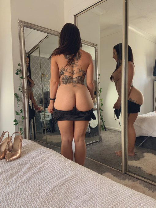 1 pic. Will you help zip me up??  #tattoogirl #barefeet #bum https://t.co/owMD7uKSUm