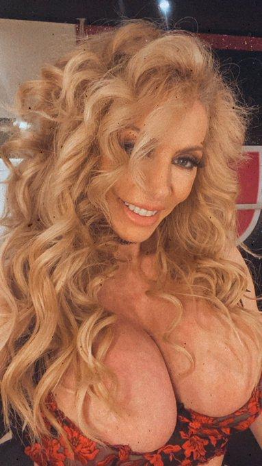 Loving the curls...💛 https://t.co/2KG9yiA5QL