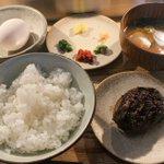 吉祥寺駅から徒歩5分の「挽肉と米」。炭火焼ハンバーグと炊きたてごはん専門店の定食がとてもおいしそう。