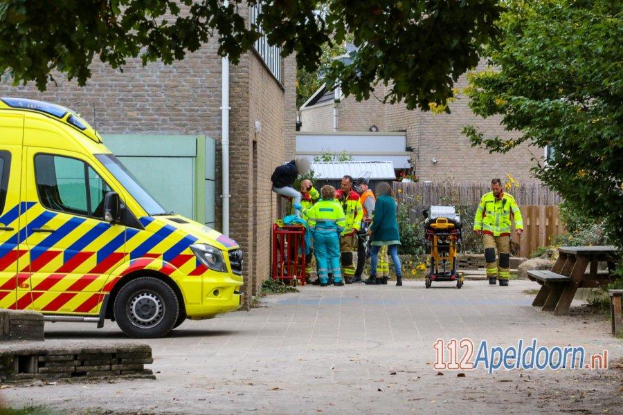 Meisje met voet vast in voetbaldoel op schoolplein basisschool De Mheen in #Apeldoorn. 112Apeldoorn.