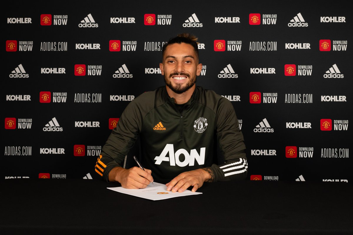 ✍️ Here he 𝙞𝙨.  🇧🇷 Alex Telles: our newest Red!   #MUFC https://t.co/Kf3DkVjdon