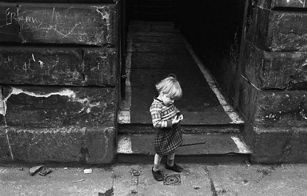 A child in The Gorbals area of Glasgow, 1968. Photo © Jürgen Schadeberg.