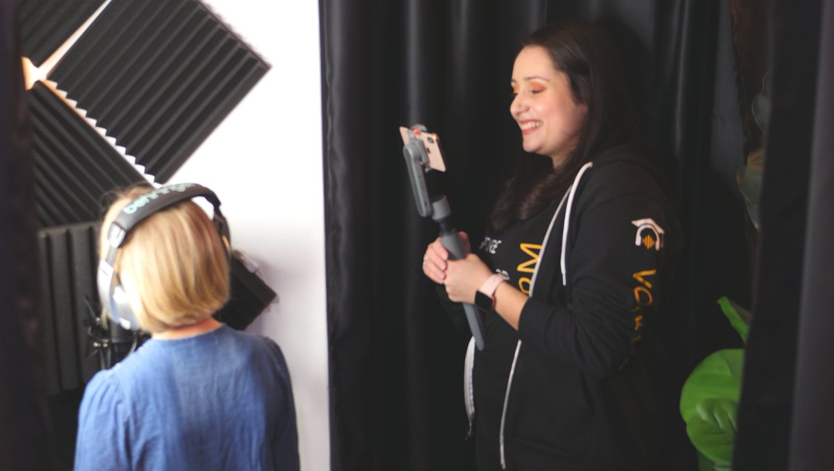 Truly a proud teacher moment as our student Anoushka experiences her first session in the recording studio! Proud of you darling!   #vocaltraining #vocalcoach #singers #musicians #singinglessons #singing #singingwarmups #warmups #onlinelessons  #smoothx @ZhiyunGlobal https://t.co/f7LDPL7tHi