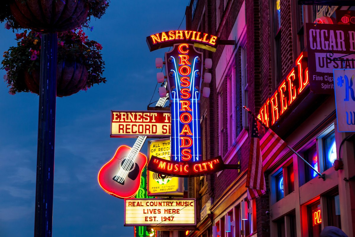 «The #Songwriter» depicts the #music business in #Nashville in great detail. The music #novel also serves as a #travel #guide with «top» insider tips for anyone seeking music #clubs, bars and restaurants in Nashville. Get your copy now: https://t.co/0f3J4kFHKB https://t.co/WRRHcopDZY