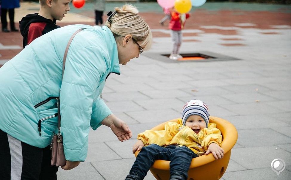 В Липецке в парке «Сказка» открылась детская площадка. На ней установили качели, спортивный и игровой комплексы, навесной мостик и вращающуюся карусель. В центре обустроили песочницу. В планах установить новый деревянный забор, чтобы отделить детскую зону. https://t.co/8xPKjK6rUf