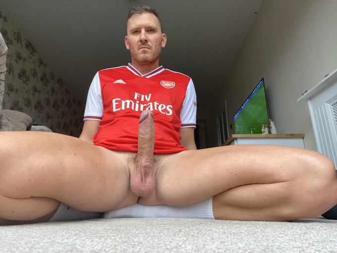 Hard as nails mate https://t.co/juxhtfUhNK 💪 who wants to suck my bulging bell end? https://t.co/npU