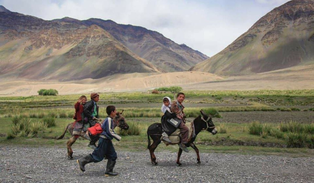 Children on their way to school in a rural area of #Afghanistan. 🇦🇫  Such a lovely photo. 😍 #EducationForAll https://t.co/Zu1RFWrbq9
