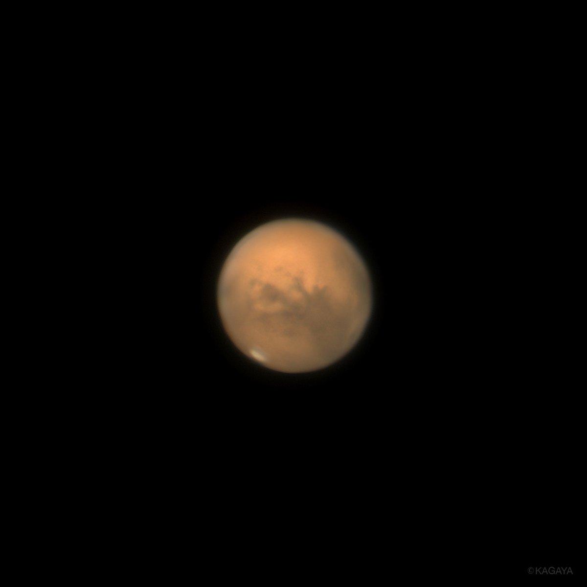 先ほど望遠鏡を使って撮影した火星です。 火星は今夜、地球最接近をむかえ大きく見えています。 写真には白く輝く極冠や模様が写りました。 今夜に限らず、見頃はしばらく続きます。 火星は2年2ヶ月に一度地球に接近しますが、その距離は毎回違い、次回ここまで近づくのは2033年となります。