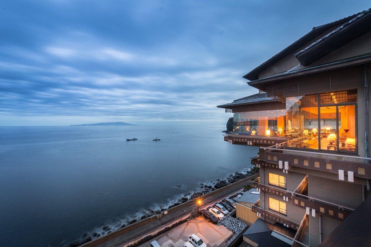 """静岡県伊豆にある旅館「望水」が魅力的すぎる… 全室から伊豆の海が望めるオーシャンビューで""""見晴らし台""""などを意味するプライベートガゼボで絶景の貸切露天風呂に入れるお宿。 日の出の様に水平線から月が昇る「月の出」や、海面に月光が反射する月の道「ムーンロード」など満月の日に行きたいお宿…"""