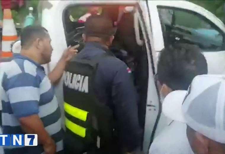 Manifestantes obligaron a policías a mostrar lo que llevaban en la patrulla | https://t.co/QZQiDFA5m3 https://t.co/S6TJRqz6Pq