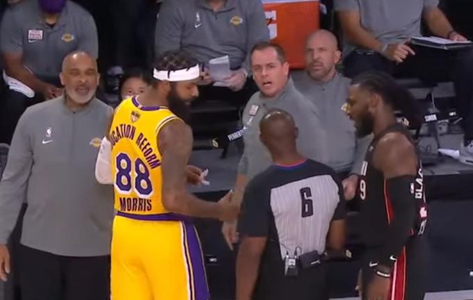 【影片】大Morris與助教交流,Crowder上前偷聽,沃格爾怒斥:狗屎!-黑特籃球-NBA新聞影音圖片分享社區