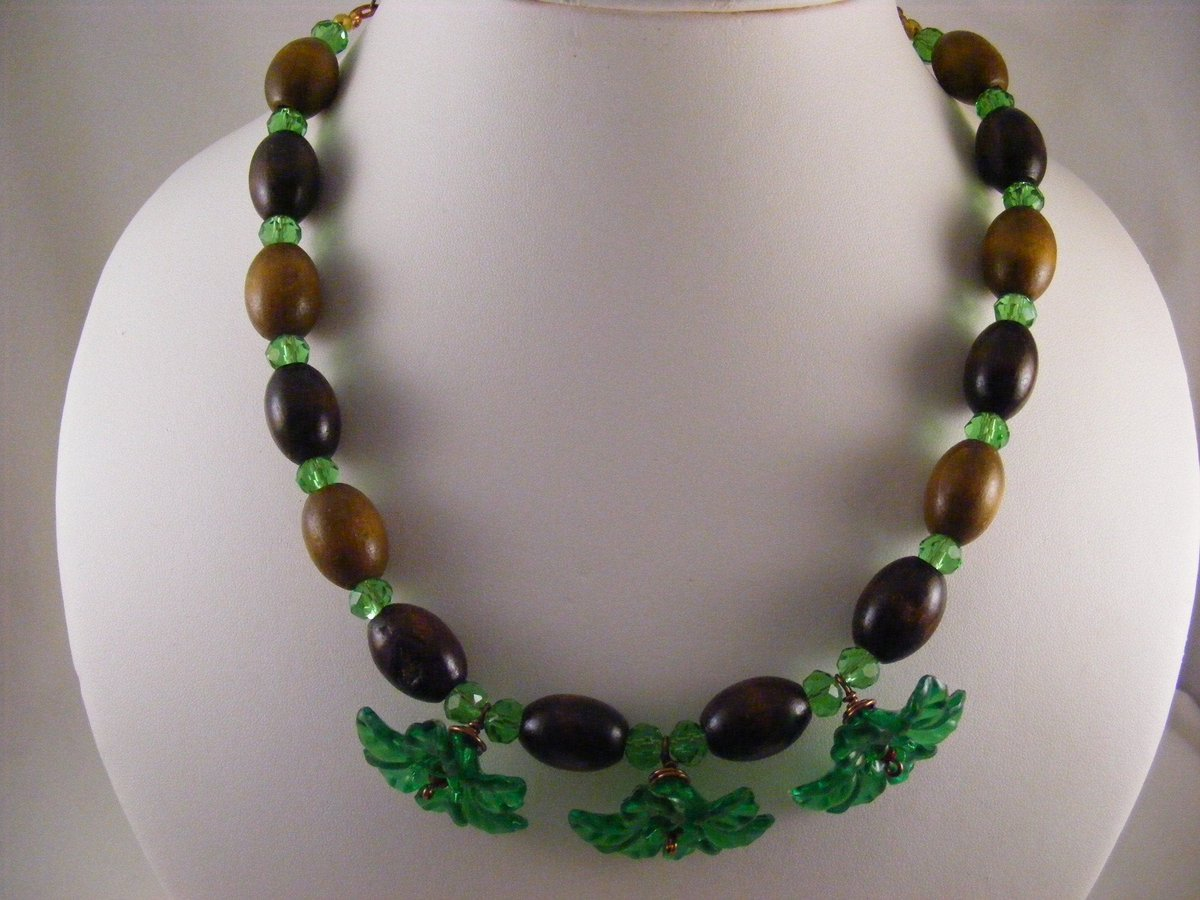 Sharing for Carol Smalley on Etsy  Really love this, from the Etsy shop carolsmalleydesigns. https://t.co/JSlKZKQeKH #etsy #necklace #jewellery #jewelry #flowernecklace #woodnecklace #emeraldgreen #green #lightbrown #darkbrown https://t.co/vQuG877Ykp