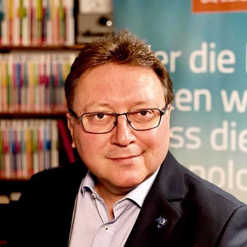 """Große #Freude über einen neuen #Botschafter für das <a class=\""""link-mention\"""" href=\""""http://twitter.com/flux_nrw\"""" target=\""""_blank\"""">@flux_nrw</a> 🥳 Dr. Andreas Pallack #Bundesvorstand #MNU  -  #Verband zur #Förderung des #MINT-#Unterrichts. Vielen #Dank für die #Unterstützung <a class=\""""link-mention\"""" href=\""""http://twitter.com/APallack\"""" target=\""""_blank\"""">@APallack</a> - sein Statement hier: <a href=\""""https://t.co/12s2xVyoE2\"""" class=\""""link-tweet\"""" target=\""""_blank\"""">https://t.co/12s2xVyoE2</a> <a href=\""""https://t.co/WvJfOCQKL9\"""" class=\""""link-tweet\"""" target=\""""_blank\"""">https://t.co/WvJfOCQKL9</a>"""