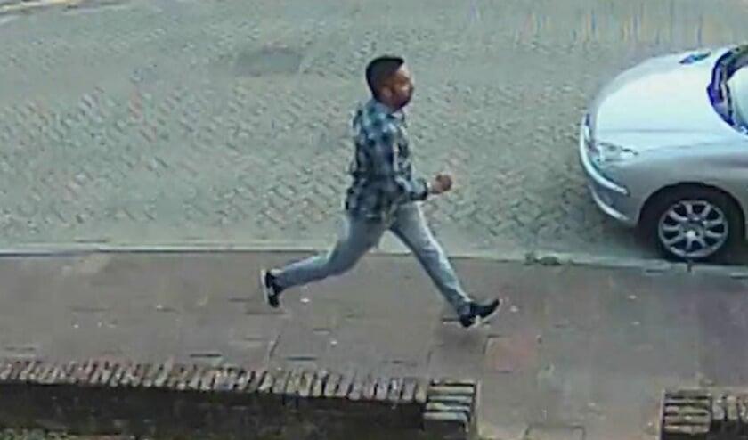 Politie toont beelden van man die voeten van jong meisje wilde zien [SOESTERBERG] De politie Midden-Nederland is op zoek naar een man die een jong meisje vroeg om haar ontblote voeten aan hem te laten zien. Dit incident gebeurde op woensdagavond 2 sept.....