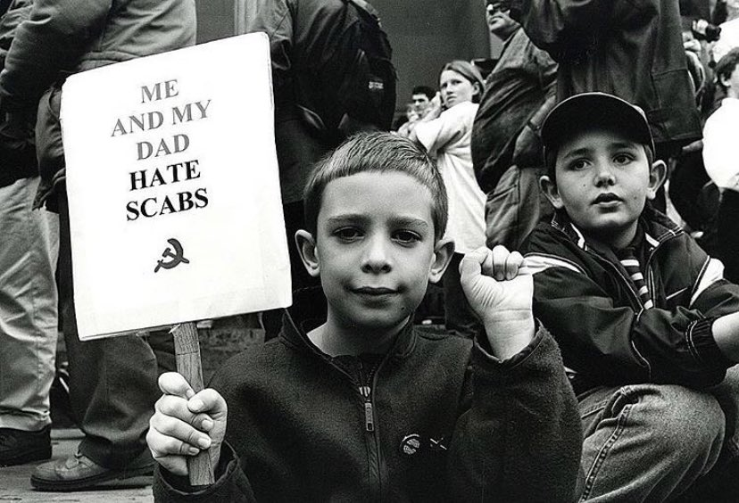 A young boy supports the striking Liverpool dockers, 1990s. From our feature with photographer David Sinclair @redsinky britishculturearchive.co.uk/2018/11/02/str…