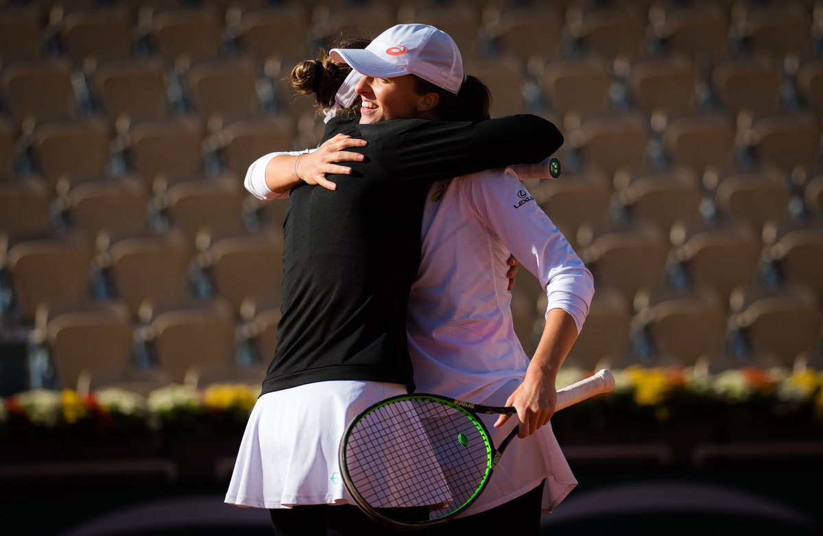 🤗Teamwork makes the dream work.😉Great job today @nicole_melichar Thank you!🤗  #rolandgarros #doubles #semifinal https://t.co/ge2fNdu1mz