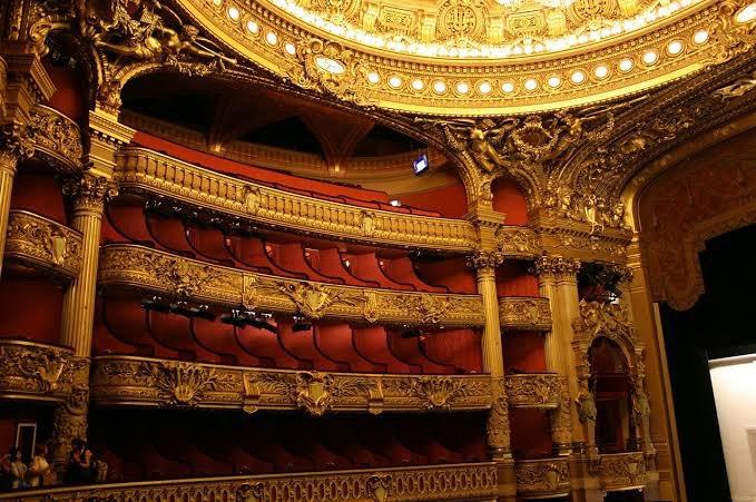 #今日は何の日?昨日の10月7日は #ミステリーの日 でしたね。フランスは恋愛小説だけではなくミステリー小説も有名です📚ガストン・ルルーの『オペラの怪人』(Le Fantôme de l'Opéra) はオペラ座建設時に溢れてきた地下水がヒントとなり生まれた物語だと言われています💡