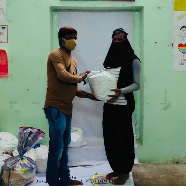 @PhoolVersha @NamMyohoDaan @iAmitRSharma #NessWadia @KanikaDhillon @tweetgarima #RavinderNathSharma @ChromePictures @EntourageFilms @Kineer_blessed  #PhoolVershaFoundation #NamMyohoDaan #Covid19 #Coronavirus #Donations #Charity #IndiaFightsCorona  #FeedTheNeedy #Mumbai #India https://t.co/F847P9pB1m