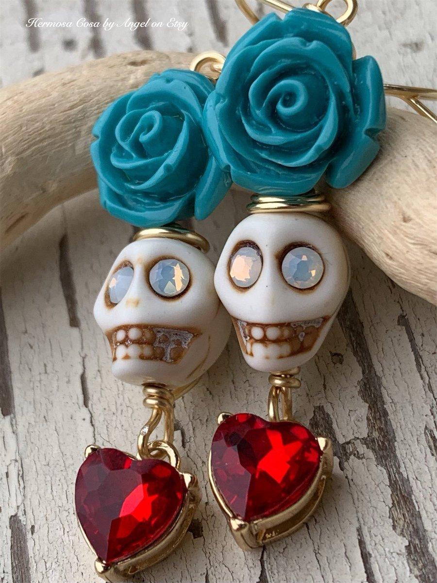 Day 💀🌹of the dead sugar skull earrings with red hearts • Dia de los Muertos jewelry https://t.co/AbqRD8g6kp #Diadelosmuertos #catrinamexicana #Halloween #skulls #sugarskull #art #handmade #jewelry #SmallBiz #shopsmall #supportsmallbusiness #etsyseller https://t.co/cEuZaT2qMb