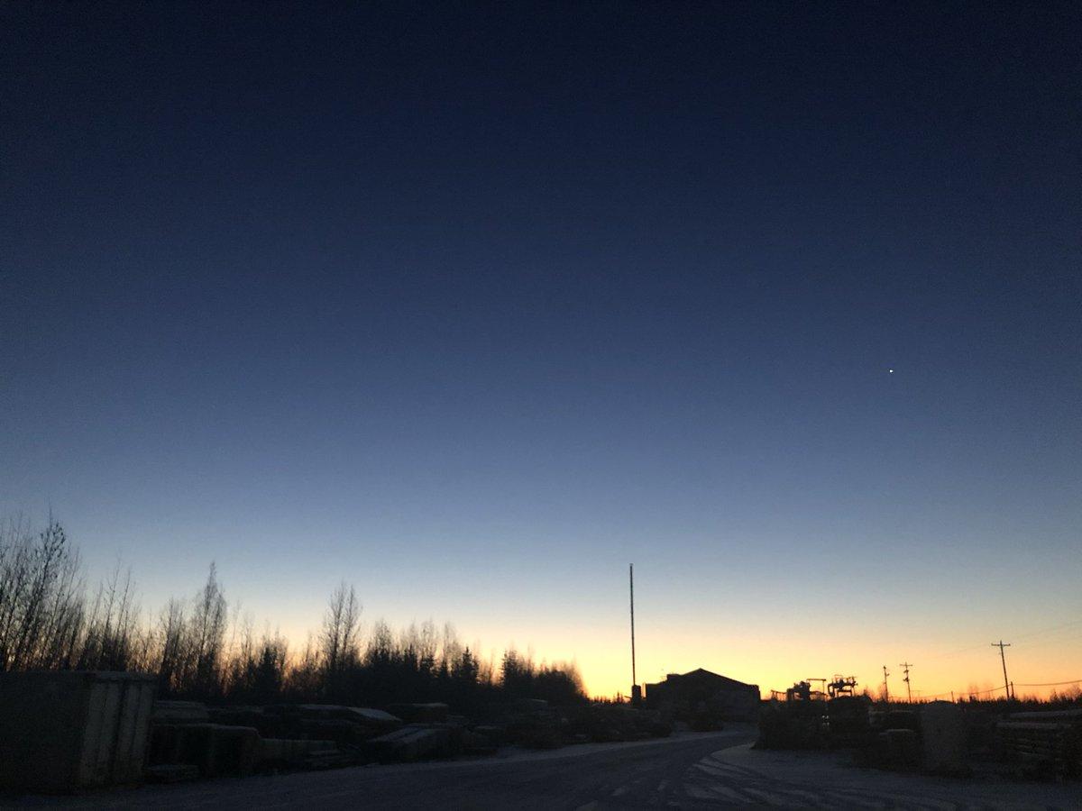 おはようございます!朝8時のフェアバンクスです。随分暗くなってきました〜。その内、遅くに出たオーロラが見える日があるかもしれないですね!フェアバンクスも雪景色になりました。#アラスカ #雪景色 #短い日照時間 #alaska #フェアバンクス #fairbanks #snow #shortdaylight https://t.co/PZt2S4kruo