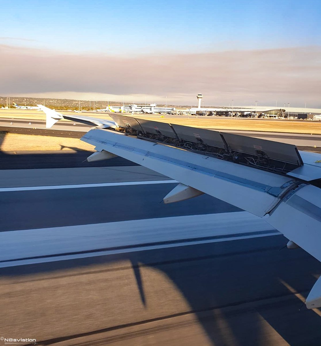 📸22 Apr 19 🔲 Onboard for this week's #fullflapsfriday. Spoilers deployed and on the brakes down #runway 21 at dry @PerthAirport, while a #fire in the distant hills provides a smokey backdrop. #onboard #windowseat #smokey #aviation #perth #sunset #touchdown #tourism #holiday https://t.co/OghMLj1YJK