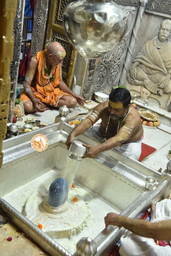 आज दिनाँक 23-10-2020 को श्री काशी विश्वनाथ मंदिर के मंगला आरती के दर्शन।  #ShriKashiVishwanath #Shiv #Mahadev #Baba #Temple #Nyas #ManglaAarti #darshan #blessings #Varanasi  #Kashi #Jyotirlinga https://t.co/xuWd9n7Vym