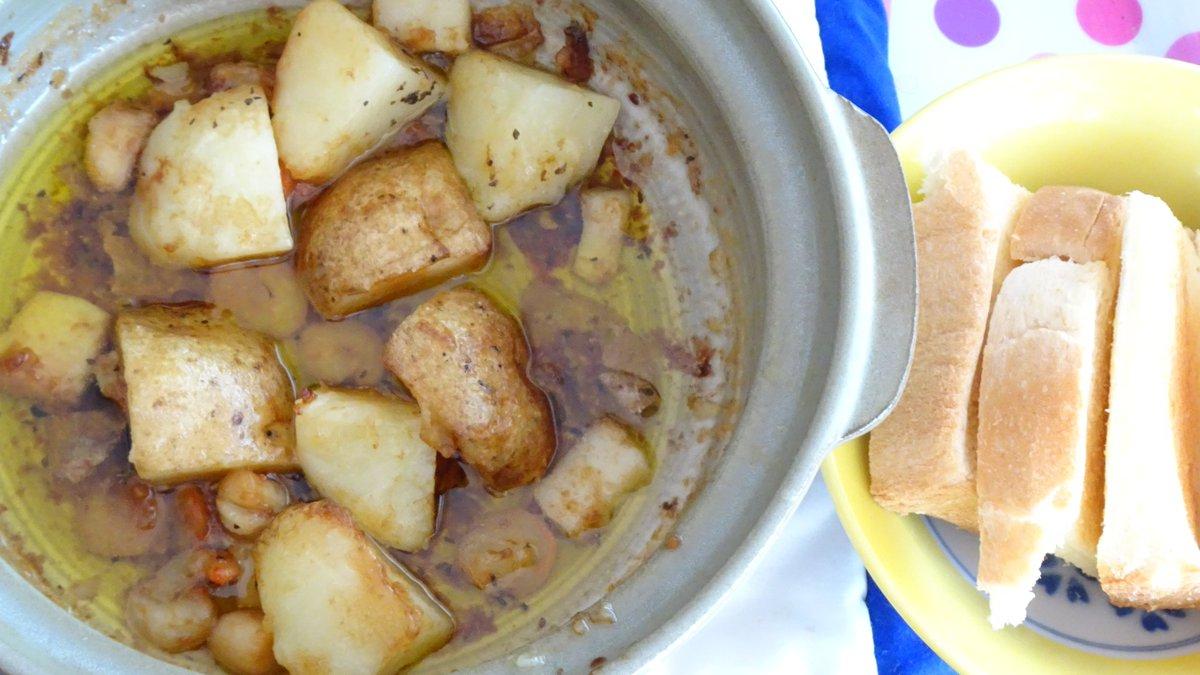 海鮮とジャガイモのアヒージョを作りました。調理中の香りがイタリアンレストランみたい。スキレットは土鍋で、フランスパンは食パンでそれぞれ代用しました。ほくほくのジャガイモといい、スープを吸ったトーストといい、これは止まりません。(レシピ→) #ククれぽ