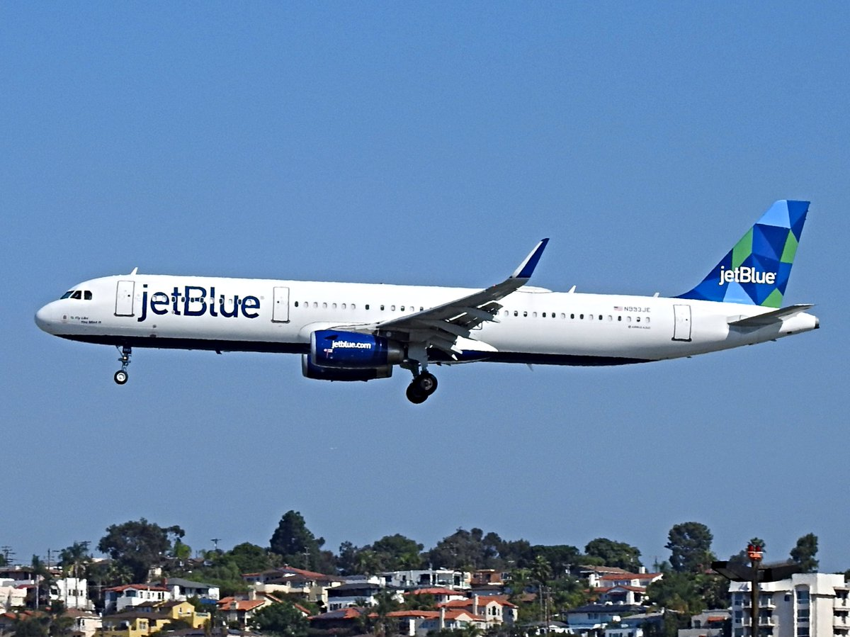 "N993JE Airbus A321-231 operating as JetBlue B61045 landing KSAN runway 27 on 20 October 2020. The motto on the nose says, ""Fly Like You Mint It."" #avgeek #planespotting https://t.co/7MxmY1qyjz"