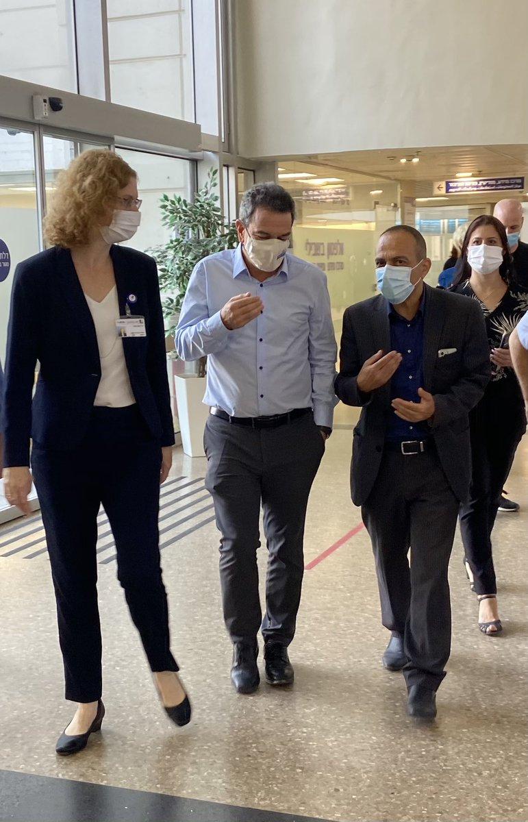 תודה לפרופ׳ רוני גמזו על תמיכתו בקיצור ימי הבידוד. נפגשנו הבוקר בבית החולים וולפסון עם מנהלת ביה״ח וולפסון, ד״ר ענת אנגל, לשם הגענו עם נציגי אסם, שטראוס, תנובה, יוניליוור והחברה המרכזית למשקאות שתורמות כמעט 100,000 מוצרי פינוק לצוותים הרפואיים. https://t.co/bSBO8fm0Pl