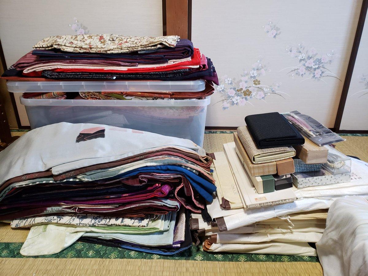 祖母の遺品整理、大変な布類の中でも母を悩ませていた着物をほぼ全部売却&処分することに。着物を生地から自分で縫ったり買ったりするのが好きだった祖母。ほとんど糸すら解いてない新品だけど、経年シミとかあるからお金にはならんだろうねぇ…2枚目は普通に上着で着ようと思って貰った素敵なやつ!