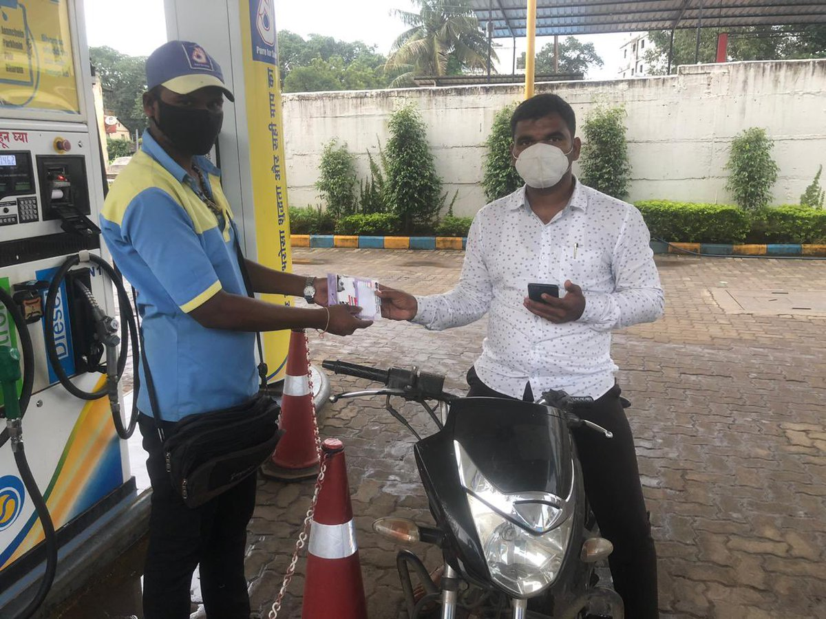 BPCL Retail Outlets in Pune Territory joins nationwide campaign to fight #COVID19 pandemic by providing mask & sanitiser to customers!!#United2FightCorona @BPCLRetail @BPCLimited @CHVinod_bpcl @RamanMalik02 https://t.co/gRfXYKM3zx