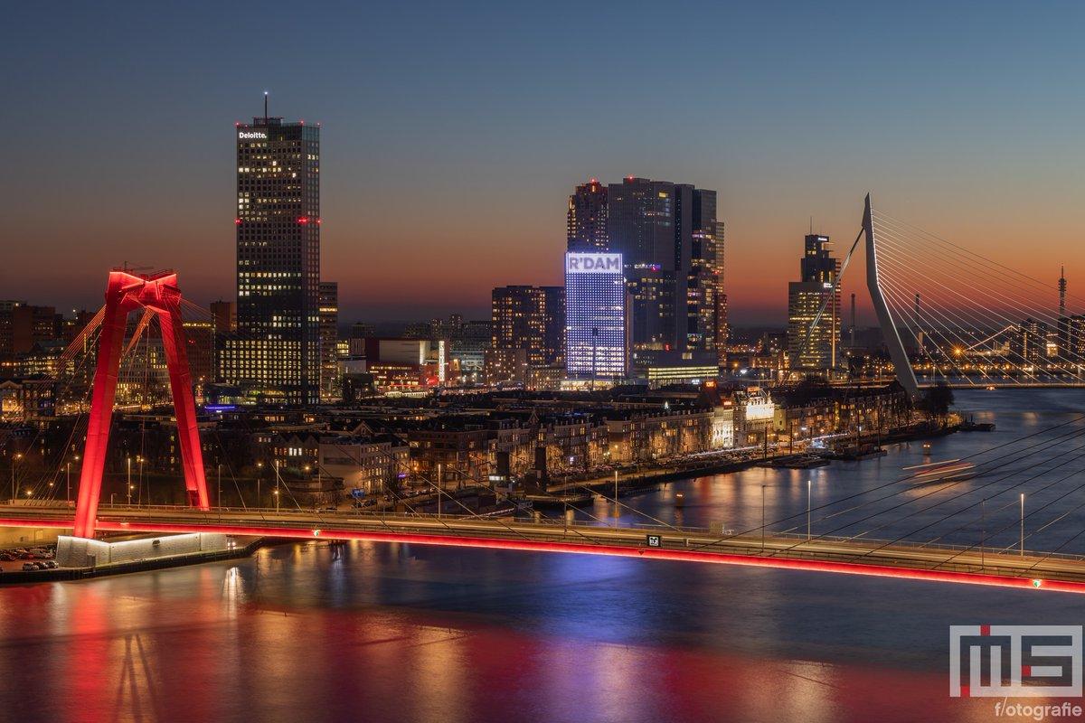 De #skyline van #Rotterdam door @marcvanderstelt vanaf heden op 'bijna' elke formaat (vierkant, panorama, 3x2, enz) #canvas #fotoprint en #behang verkrijgbaar. Bestel nu via https://t.co/Eq1bxthlmN #art #fineart #kunst #wallart #wallcover #dibond #night https://t.co/egVBKJh4s2