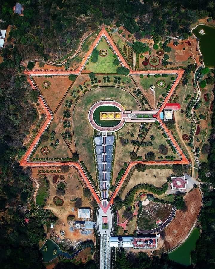 World's Largest Golden Temple : Golden Temple Sripuram, Vellore, Tamil Nadu  Dedicated to Shri Lakshmi Narayani / Maha Lakshmi. Built by Sri Narayani Peedam trust according to traditional Vedic architecture in 2007 & is Star-shaped (Sri chakra). @LostTemple7 @InfoVedic https://t.co/77exJ6KudZ