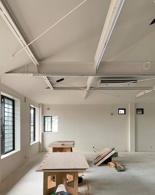 白く塗られた。やはり男前な部屋 #underconstruction #07beach #interiordesign #interiors #architecture #librarydesign #Tokyo #slopedceiling #exposedstructure #whiteinterior #paintedwhite #工事中 #インテリアデザイン #建築 #店舗デザイン #内装デザイン #図書室 #傾斜天井 https://t.co/vT71pdVzUq