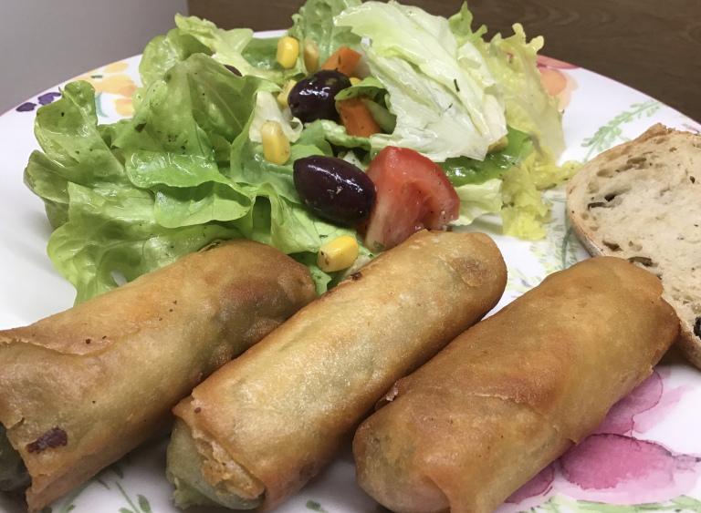 #Vegan #SpringRolls with salad and #OliveBread.  -  Vegane #Frühlingsrollen mit Salat und #Olivenbrot. #whatveganseat #govegan #plantbased https://t.co/LRP9VSOsmw