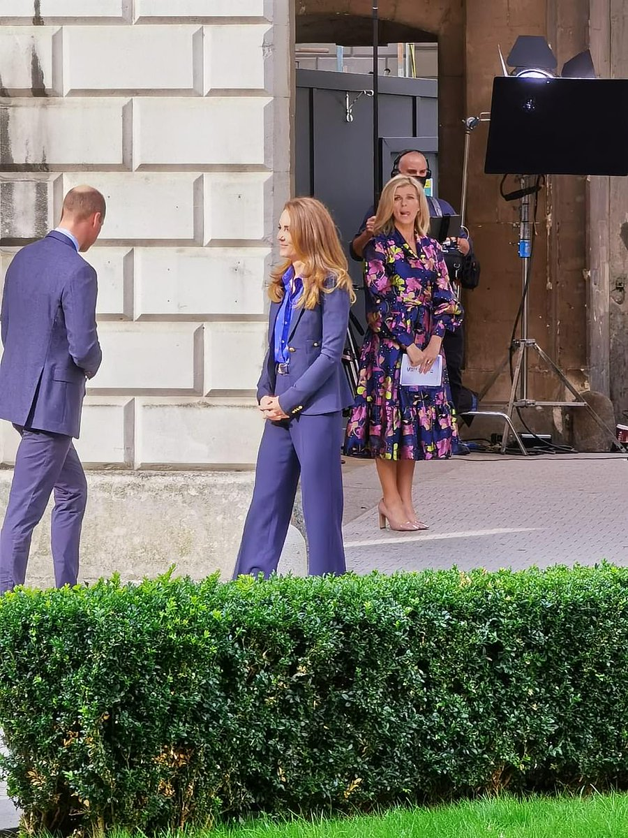 #KateMiddleton made a quick change today as she she swapped her crimson coat for a chic blue suit to film with Kate Garraway for the Pride of Britain Awards in #London https://t.co/qdF50ufKaO