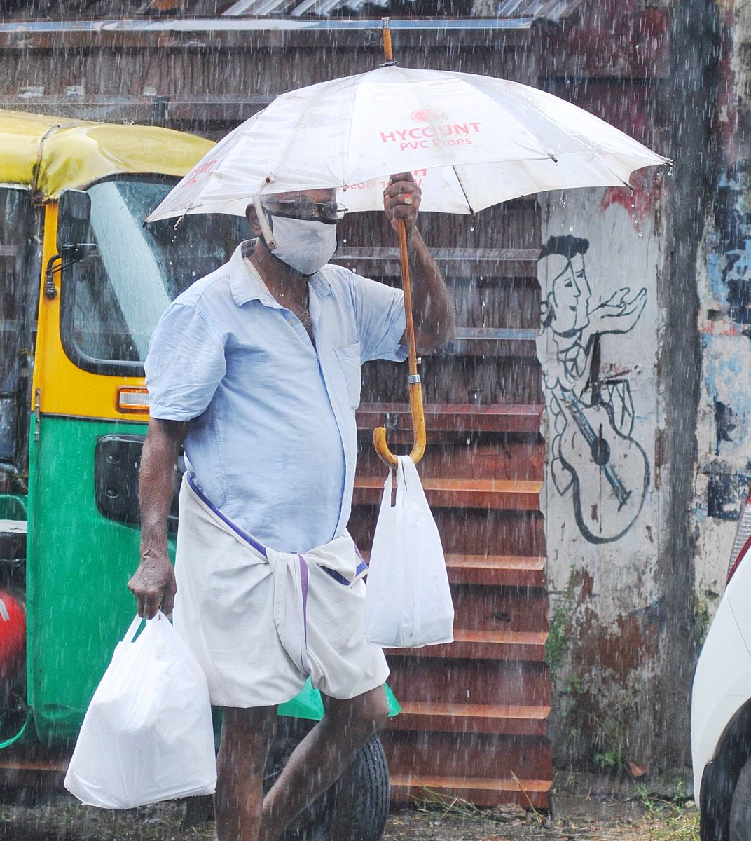 A senior citizen is balancing his bags of essentials as he walks under the mild shower which hit Kochi on Wednesday. #Kerala #Rain #Kochi #monsoon @NewIndianXpress @xpresskerala @shibasahu2012 @albin_tnie @MSKiranPrakash https://t.co/KvGyfEmgf9