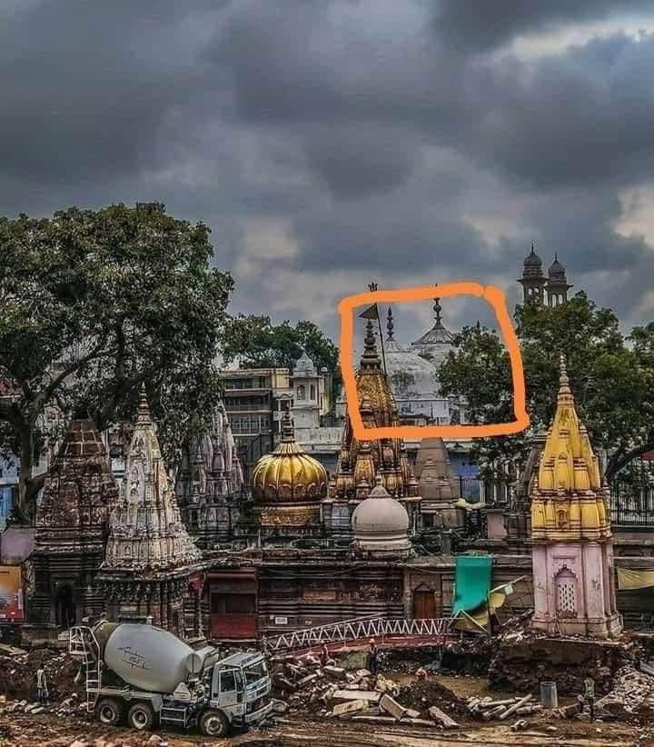 इस समय काशी में #मोदी_सरकार का ड्रीम प्रोजेक्ट काशी विश्वनाथ कॉरिडोर का निर्माण कार्य चल रहा है। इस बीच एक फोटो आयी है। .  फ़ोटो में पीछे बड़ी सी #मस्जिद के सामने यह जो छोटा सा मंदिर है न, वह विश्व के सबसे पूजनीय भगवान श्री #काशी_विश्वनाथ जी का मंदिर हैं। https://t.co/hWqQJv7fHn