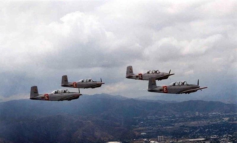 🦉 #Historia Formación de cuatro aeronaves T-34 Mentor sobre los cielos aragüeños. Década de 1990. Estos aparatos fueron utilizados durante unas cuatro décadas en el @gea14_grupo14 paras el entrenamiento primario de nuestros alumnos pilotos. #RumboAlCentenarioDeLaAMB https://t.co/y7iHZvCJcw