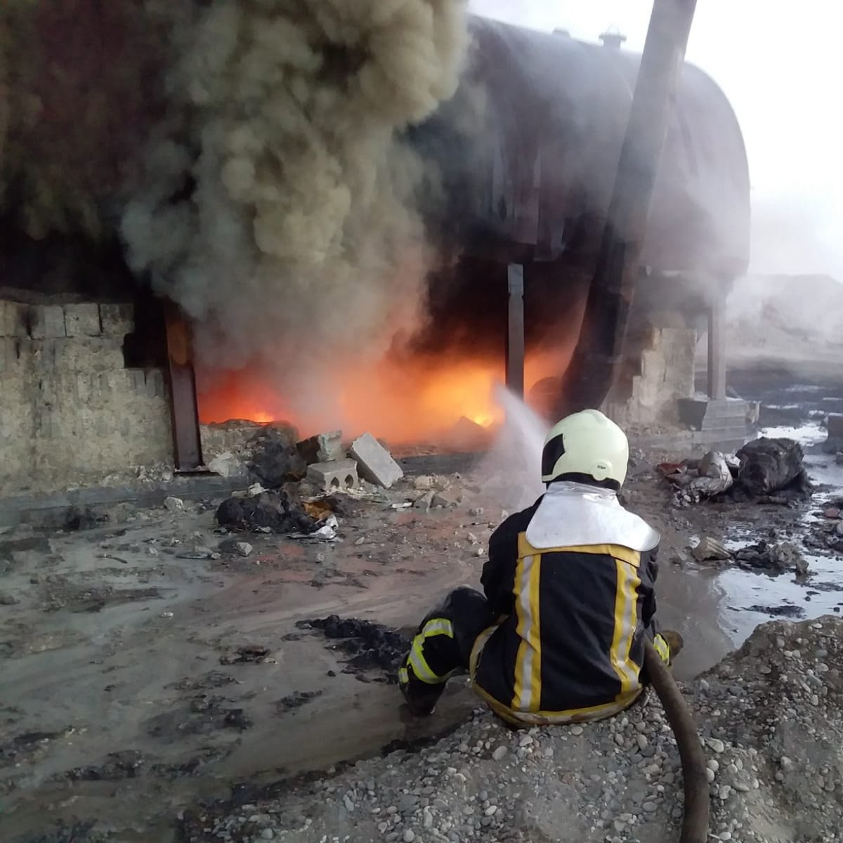 Artisanal oil refining in #Syria - dangerous and polluting.