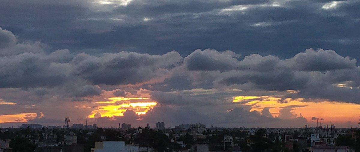 The riot of Orange..  The homecoming of the Goddess!   #DurgaPuja2020 #Kolkata #Skyline #autumnvibes https://t.co/scBq4Dbl9J